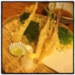いろは寿司 - 香味野菜の天ぷら盛り合わせ。 ゴーヤ、谷中生姜、エシャロット、茗荷、青紫蘇。 ビールがすすむ。
