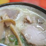 てっちゃんラーメン - ラーメンの味に添うような、チャーシューならぬ煮豚とメンマも美味しかったです。