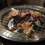 三先 肉焼屋 - ツラミ塩とハラミたれを焼いてます