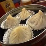 馬さんの店龍仙 - 皮がタイヘン厚く、スープ少なめの小籠包