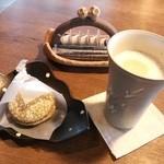 28825766 - 抹茶ラテ(400円)、抹茶ぶっせ(250円)