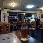 華龍飯店 - 水ではなく、烏龍茶が小ジョッキに入って出て来た。午前11時15分の店内。