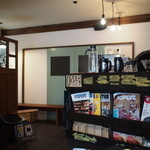 ミルコーヒー&スタンド - 本と商品の棚