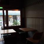 ミルコーヒー&スタンド - 店内から外の通りを眺める
