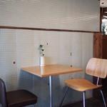 ミルコーヒー&スタンド - 机と椅子
