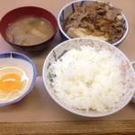 肉豆腐定食(750円)、お新香(100円)。