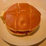 コーヒの店 アキラ - バター熱さに耐え切れずぅ(≧▽≦)ホットケーキ400円♪(オトモダチ分)