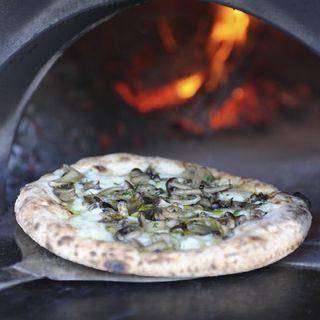 イタリア製石窯と薪で焼きあげる本格ナポリピッツァが魅力!