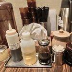 油そば専門店ぶらぶら - <'14/07/08撮影>卓上の調味料です