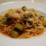 セントベーネ - なすとズッキーニのトマトソーススパゲッティ・リコッタチーズのせ
