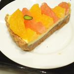 DEAN & DELUCA MARKET STORES 六本木 - オレンジのタルト560円。