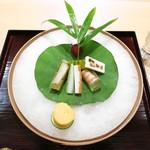 28879921 - 先付 黄身鮨 玉蜀黍の桂剥き巻き 車海老の出汁寄せ 山芋 瓜 色々な蒲鉾 フランボワーズ