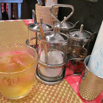 アイヤラー - 卓上には、タイの食堂によくある調味料セット・クルワンプルーンと、 お手拭きと汗拭きに最適な紙おしぼりがあります。 お冷代わりの冷たいジャスミンティーも美味しいです。