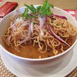 アイヤラー - カオソーイ780円。 トッピングというか、麺の半量はあるのではないかと思われる揚げ麺が印象的。 揚げ麺の頂には、紫玉ねぎスライスとパクチー。ミニチャーハンも付いてます。