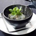 花蝶 - 熊本県・天草から仕入れる天然の真鯛を、醤油とダシで漬けに。出汁茶をかけてお召し上がりいただきます。