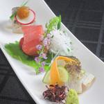 花蝶 - 『鮮魚のお造り』は築地市場や熊本県・天草から仕入れる厳選食材を使用します。鮮度のよさを味わってください。