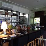 幡ヶ谷CAFE - 様々なカップやグラスがお出迎えしてくれる。眺めているととても癒されます‼︎