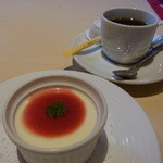 インディゴヴァンガレン - デザートのパンナコッタとコーヒー
