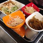 焼肉 喜笑 - つきだし…サラダ・ポテトサラダ・ごぼうサラダ・刻み搾菜