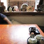 奴寿司 - 今回は2卓ある小上がりを利用しました。 テレビもありまして、お昼の番組が流れておりました。 至って大衆的なお店であります。