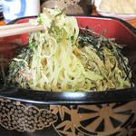 奴寿司 - 中華麺って、中華そば・和風醤油ラーメンみたいなものを想像していたのですが、 いわゆるつけ麺っていうやつでした。 しかも、ちらし寿司などを入れる寿司桶に入ってます(笑)。