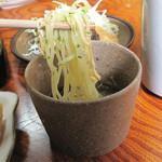 奴寿司 - 冷やし中華みたいでもありますが、小麦麺に錦糸玉子と刻み海苔と青海苔をトッピングしたもの。ラー油入りの酢醤油ダレに浸けて、頂きます。
