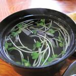 奴寿司 - ワカメ一杯の熱々のお吸い物。