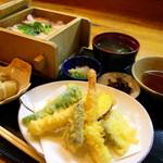 無法松 - ランチは鮭・穴子・月替わりからせいろ御飯を選び、天ぷら盛合せ・焼魚・煮魚から1つ選べます。(小鉢、味噌汁、漬物付)950円