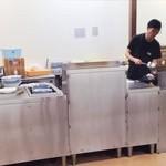 井手ちゃんぽん - 手際の良いお料理の手さばきで、うまいちゃんぽんがどんどん生み出されてゆきます。