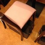 梅蘭 - 2014, June 椅子の下には物入れ