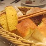 トルッキオ - グリッシーニ、ローズマリーのフォカッチャ、ブリオッシュ、全粒粉のプチパン