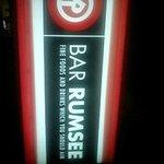バー ラムジー - ビルの入口の看板