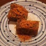 串カツのぼんちゃん - 和牛すじ煮込み バラして七味大量掛け
