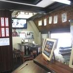 牛たん堂島精肉店 - カウンターとテーブルだけのこじんまりした店内です!