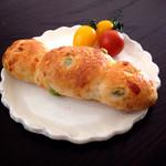 プティ タ プティ - 枝豆とチーズのパン 。軽くトーストしてから頂きました。(*^_^*)