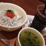 ナナズグリーンティー - しらすと明太子の丼(スモールサイズ)アイスコーヒーをセットで。