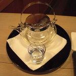 たつむら - 酒器、中の酒は獺祭の純米大吟醸。