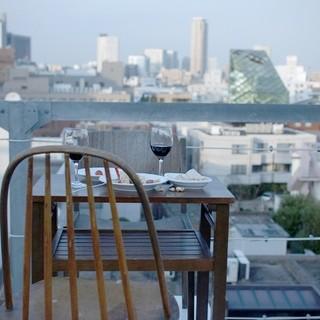 青山を一望できる心地良い屋上テラス席