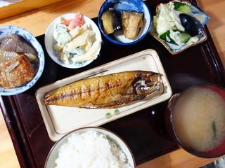 酔いどころなつこ - 税込み¥500のサバ焼き定食。鯖が小さく見えますが、他の器が大きい為です。