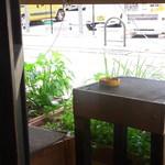 食堂 南風楽天 - あら外に灰皿 店内は禁煙なのかな?