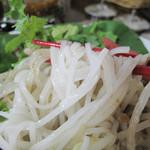 ラーンガンエーン - スープは想定内のクリーミーグリーンカレーです。                             冷たいのもイケますね。麺は中細の米麺です。
