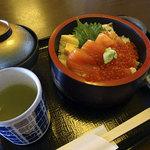 底曳船 - 鮭親子丼1400円