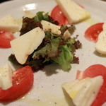 創作串揚げ・山賊焼き 恵比寿大黒天 - トマトとチーズのサラダ