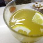 江戸っ子 - 二杯目にはレモンスライスが2つ