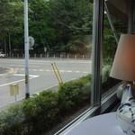 レストラン・モリエール - 窓の外には円山公園の緑が広がります