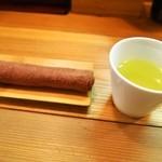 松阪牛麺 - 暑いと冷たい緑茶が美味しい