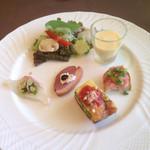 28929734 - 前菜盛り合わせ(真鯛のカルパッチョ、鴨のスモーク、フリッタータ、マグロのクロスティーニ、トウモロコシの冷製スープ)