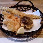 天ぷら新宿つな八 - 小海老のかき揚げ、穴子、椎茸の海老詰め