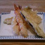 天ぷら新宿つな八 - 海老2尾、茄子、メゴチ、南瓜