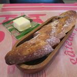 ククセモワ - 自家製パン、バター